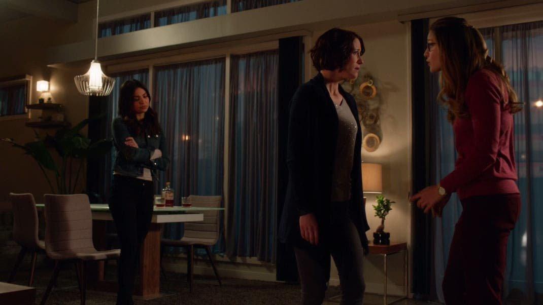Alex, Kara y Maggie en el departamento
