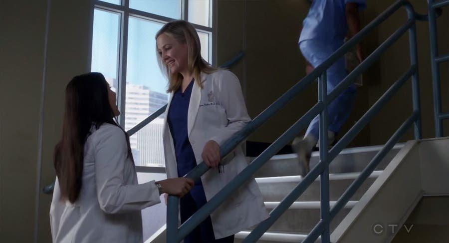 Arizona y Eliza se encuentran en las escaleras