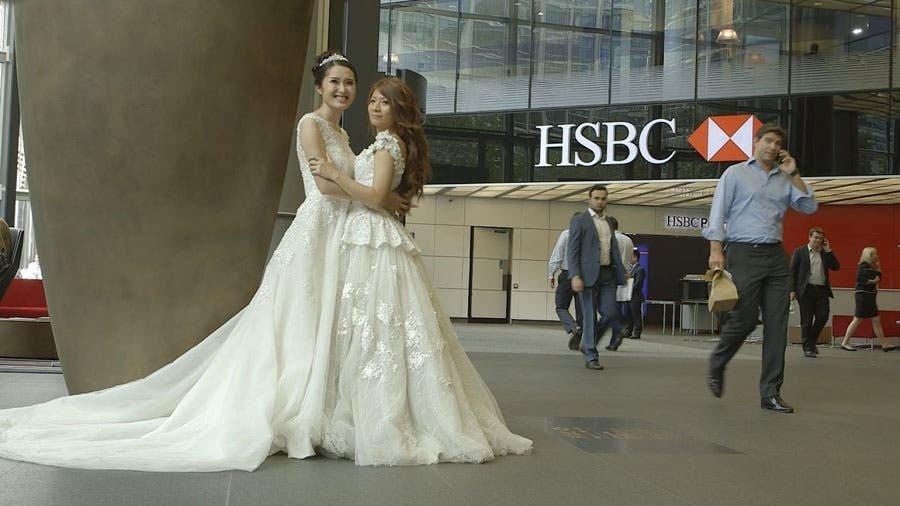 Su padre no quiso entregarla el día de su boda por ser lesbiana ¡pero su jefe ocupó su lugar!