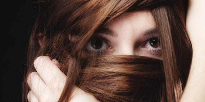 Mujer joven escondiéndose