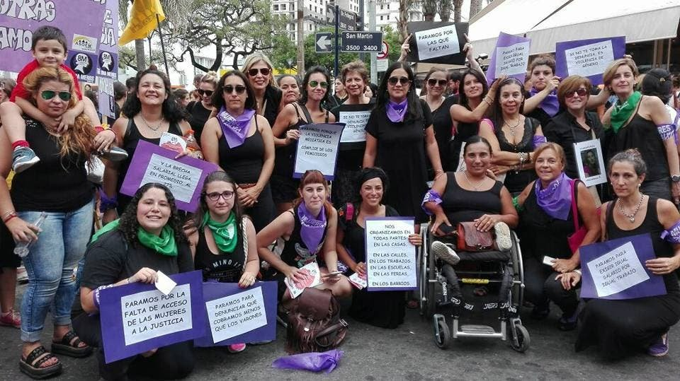 Mujeres marchando manifestación argentina