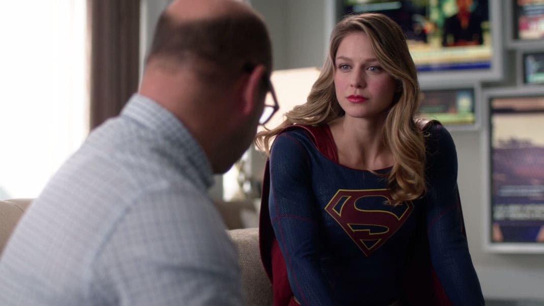 Supergirl hablando con Snaper