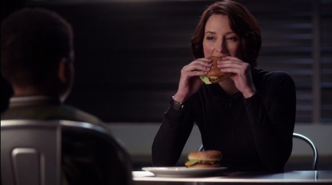 Alex Danvers comiendo hamburguesas