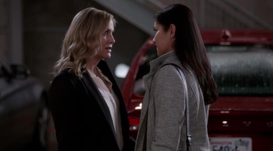 Arizona y Eliza en el estacionamiento