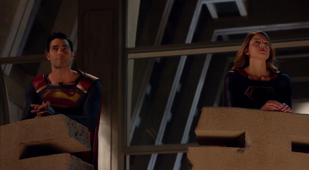 Superman y Supergirl hablando