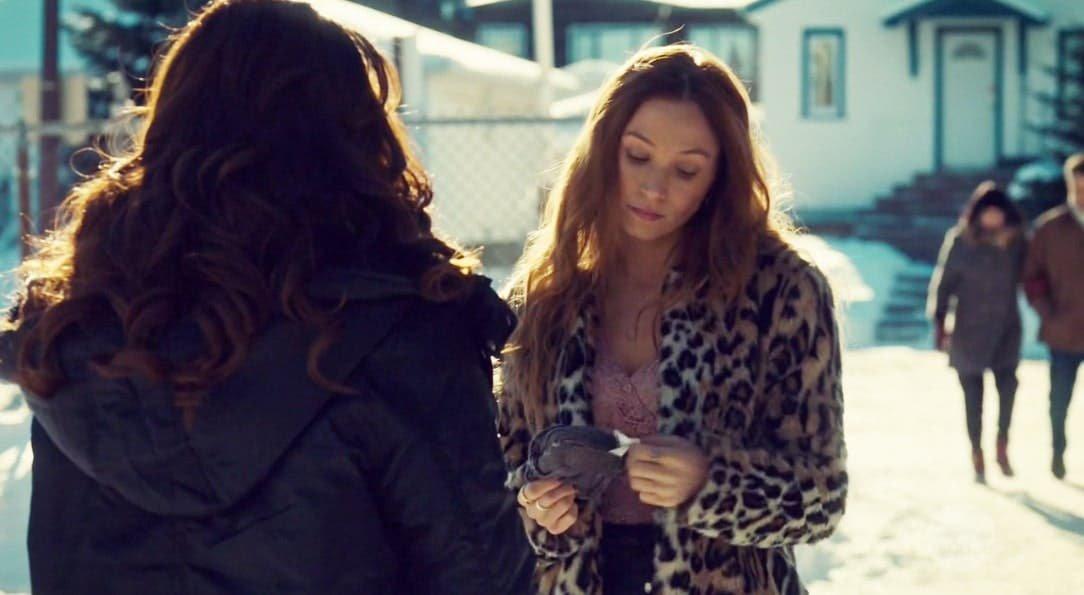 Waverly hablando con Wynonna