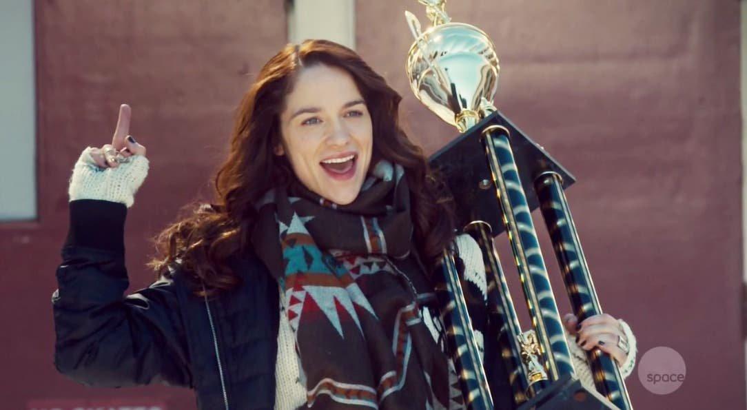 Wynonna Earp con el trofeo