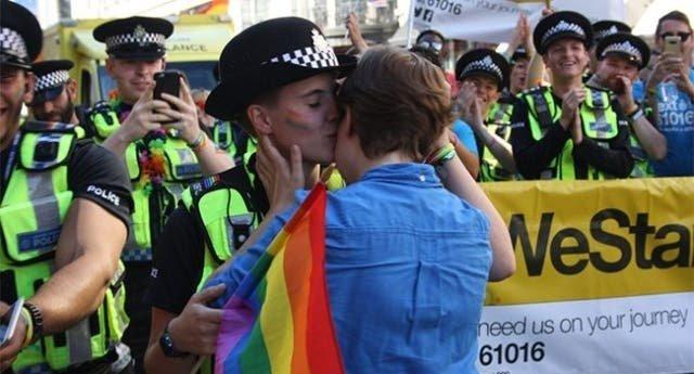Mira a esta chica pedirle matrimonio a su novia en el Orgullo LGBT de Londres
