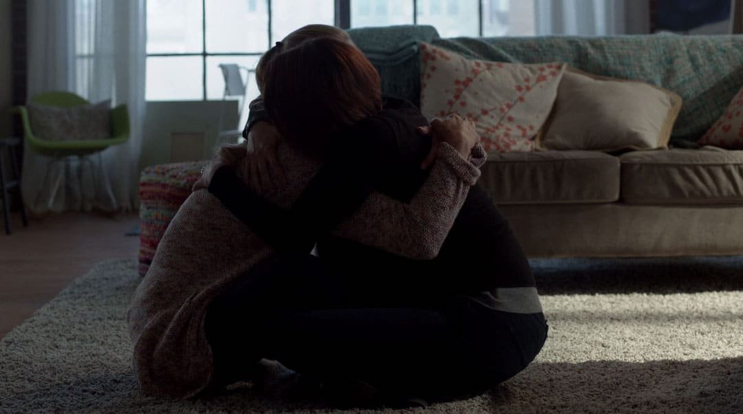 Alex y Kara abrazadas