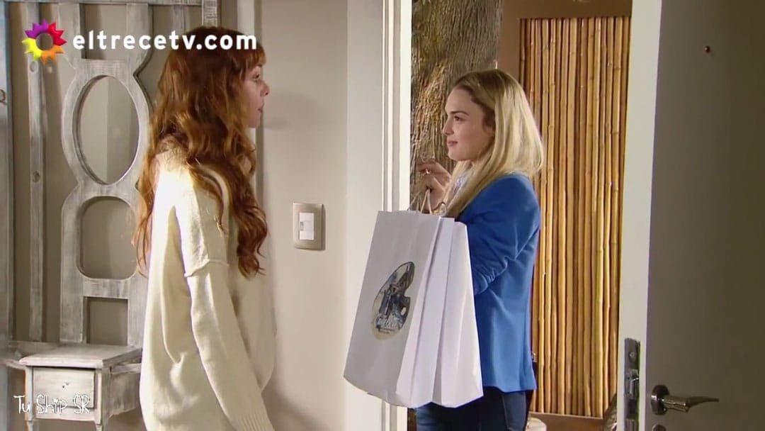 Elena le lleva regalos a Jazmín