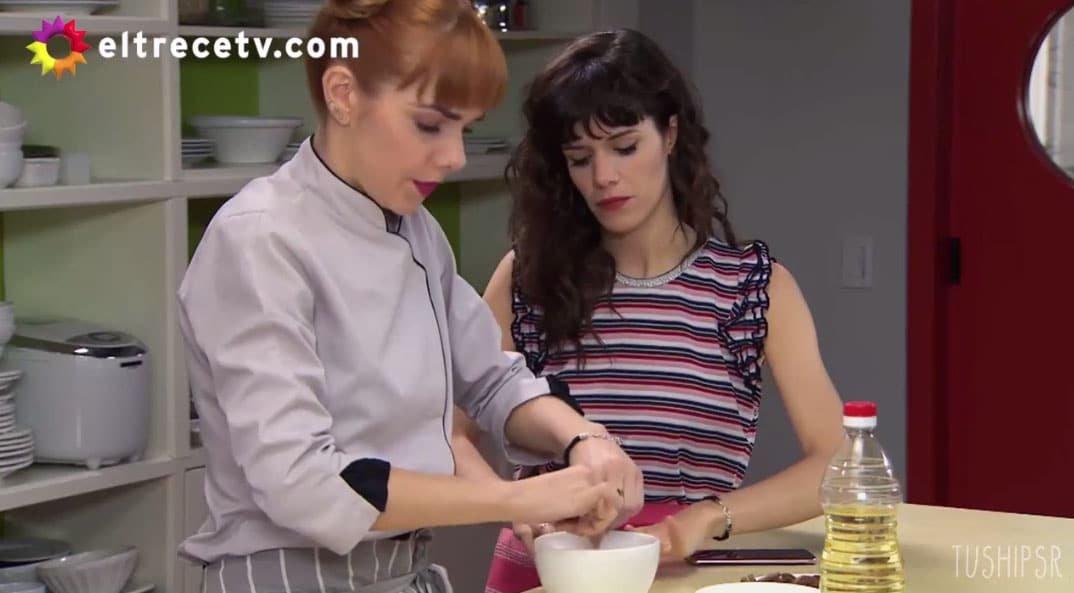 Flor y Jazmín cocinando
