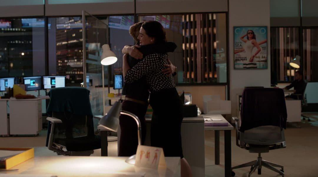 Lena y Kara abrazándose
