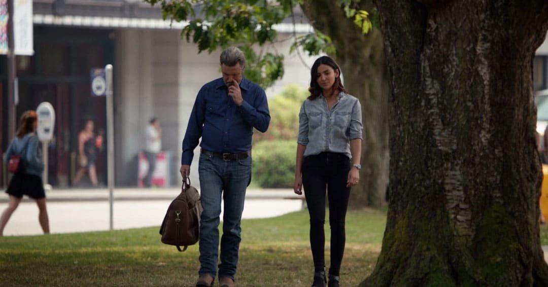 Maggie caminando con su padre