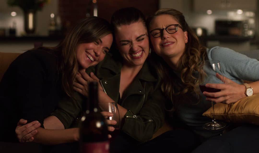 Lena, Sam y Kara abrazadas