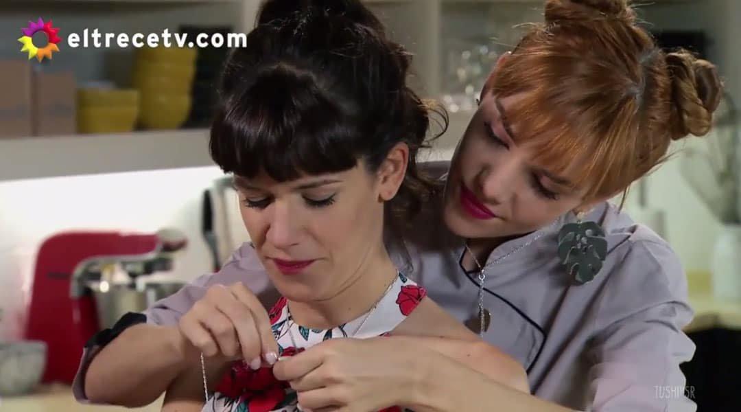 Flor y Jazmín poniéndose el colgante