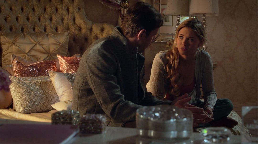 Karolina Dean hablando con su padre