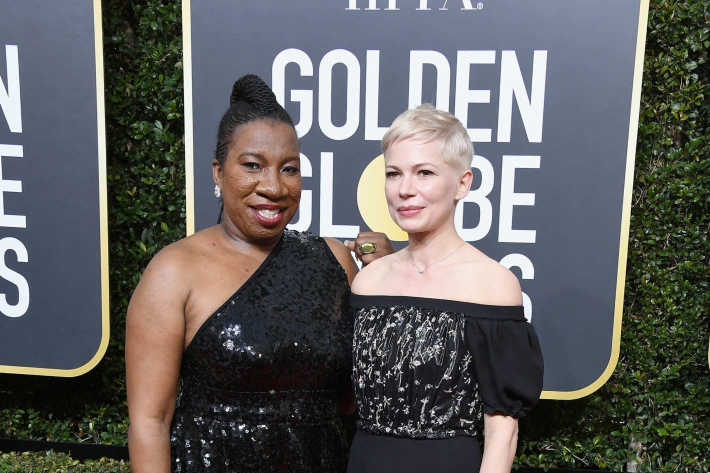Michelle Williams y Tarana Burke en los Globos de Oro