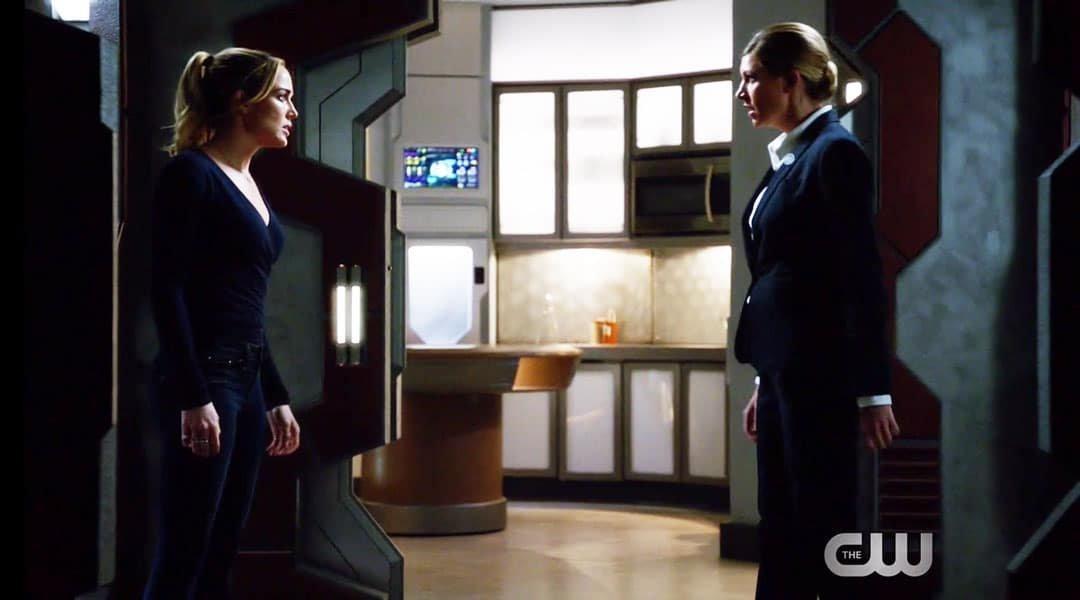 Sara y Ava peleando