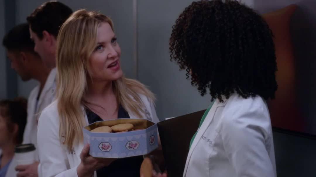 Arizona Robbins repartiendo galletas
