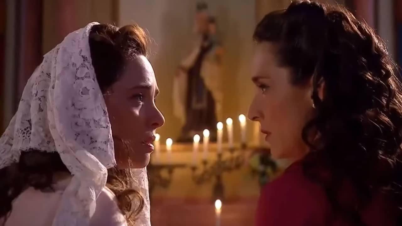 Bárbara y Mercedes mirándose en la iglesia