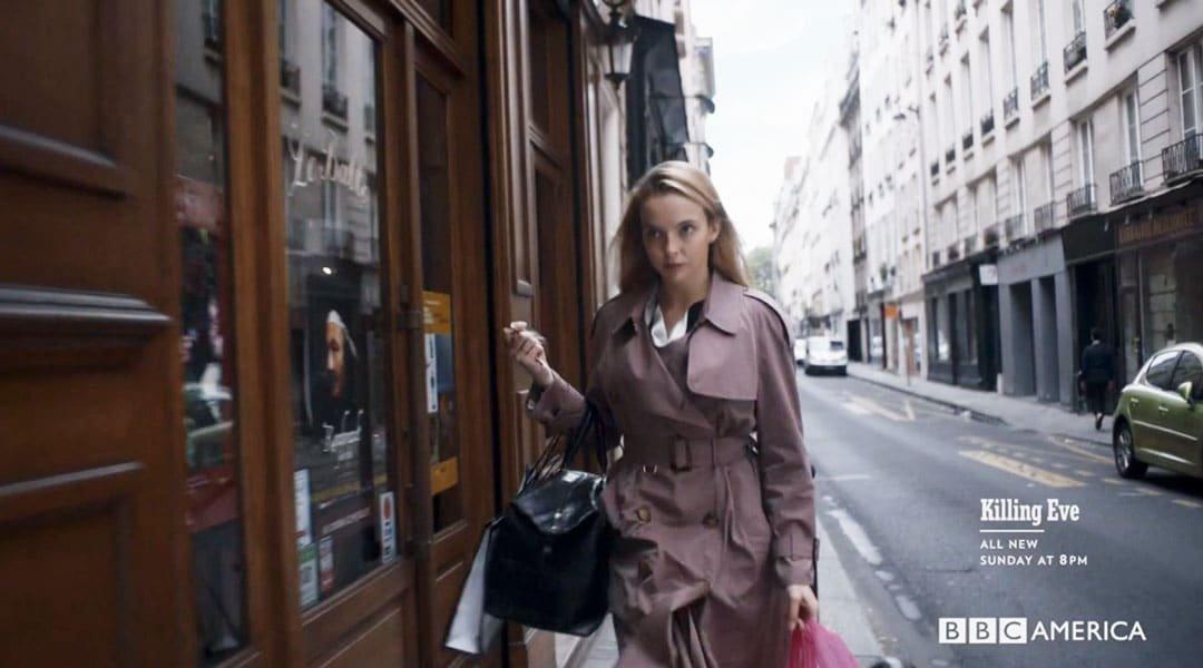 Villanelle caminando por París