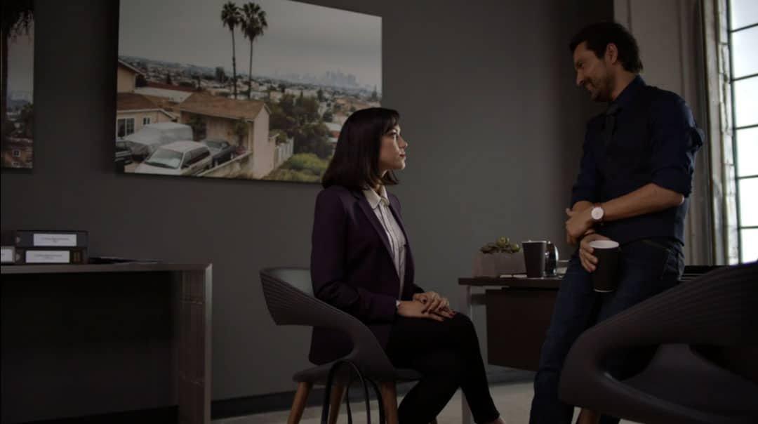 Emma hablando con Nelson