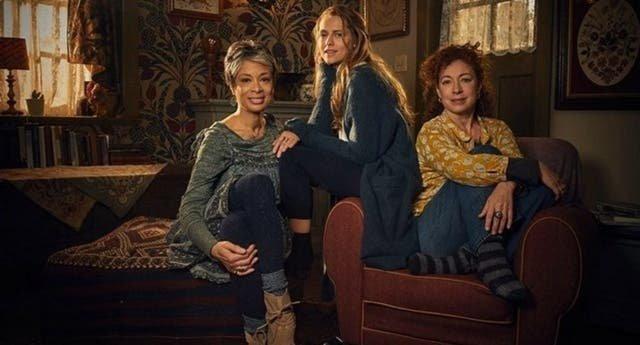 ¡Más brujas lésbicas en nuestras TV este año!