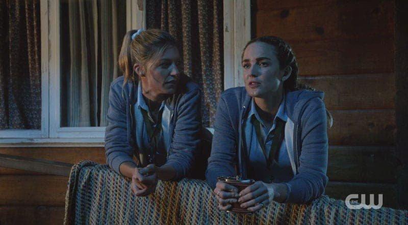 Sara y Ava platicando por la noche