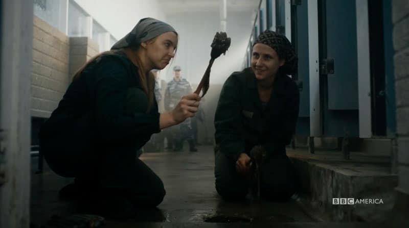 Eve limpiando baños en la cárcel