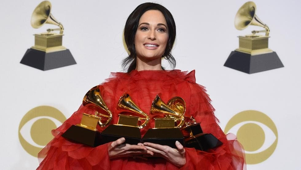 Kacey Musgraves con sus grammys