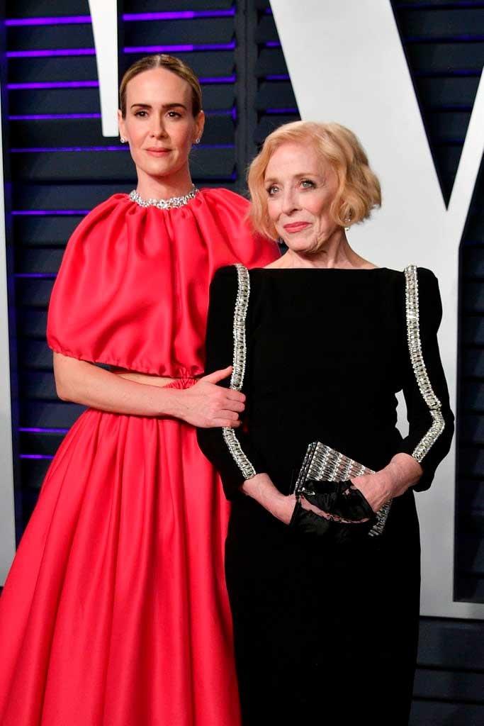 Sara Paulson y su pareja Holland Taylor en los Oscars 2019