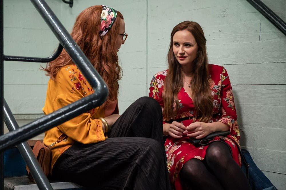 Villanelle hablando con Gemma