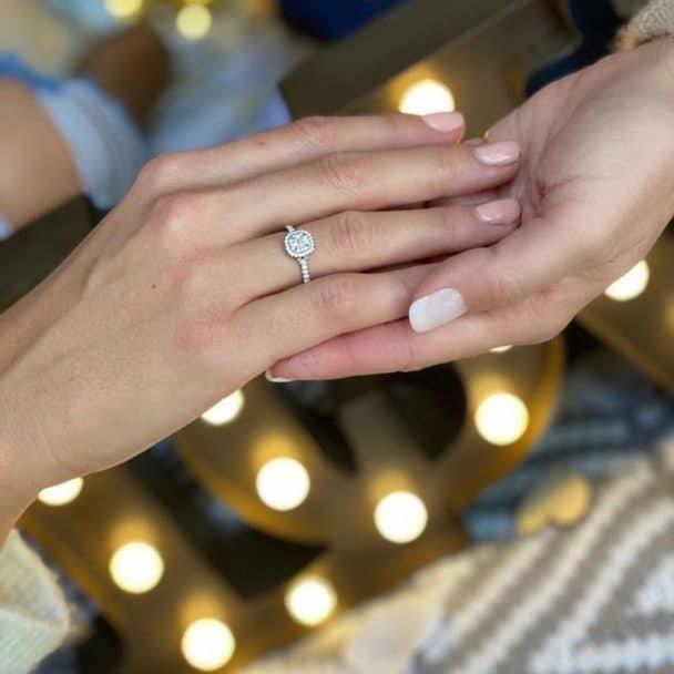 Montserrat Oliver y Yaya  Kosikova anillo de compromiso