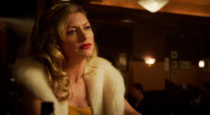 Ava Sharpe sentada en el bar