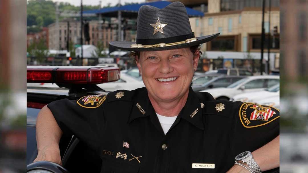 Esta policía lesbiana está reemplazando al jefe que la despidió