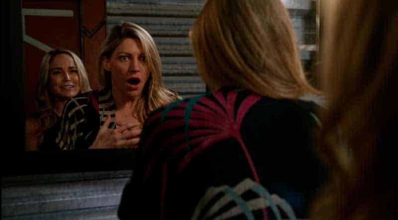 Sara asusta a Ava en el baño