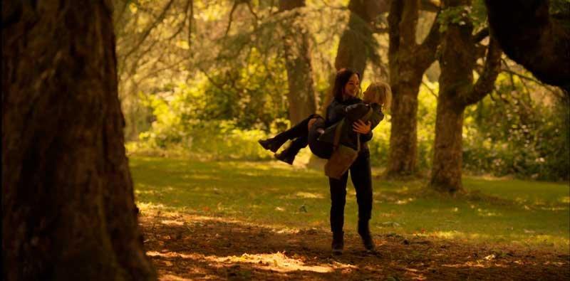 Scylla cargando a Raelle