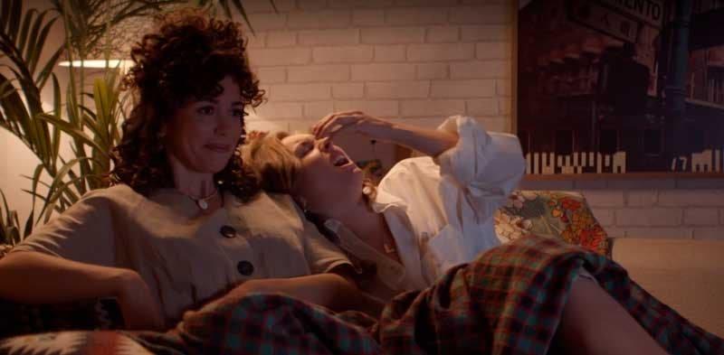 Luisita y Amelia en el sillón