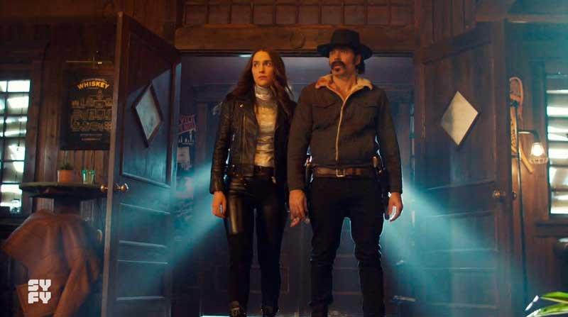Wynonna y Doc entrando al bar