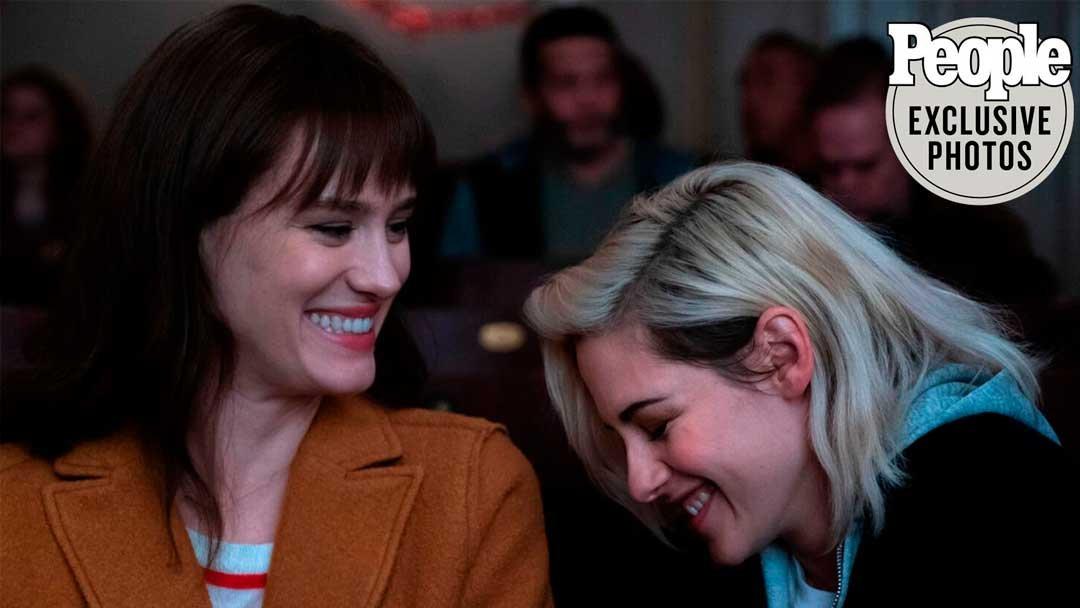 Kristen Stewart y Mackenzie Davis en Happiest Season