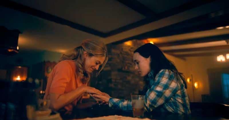 Vanya y Sissy tomadas de la mano