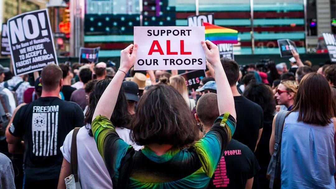 Biden revoca el veto de Trump a las personas transgénero en el Ejército