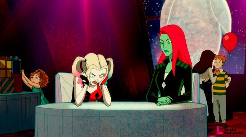 Poison Ivy y Harley Quinn sentadas en la mesa