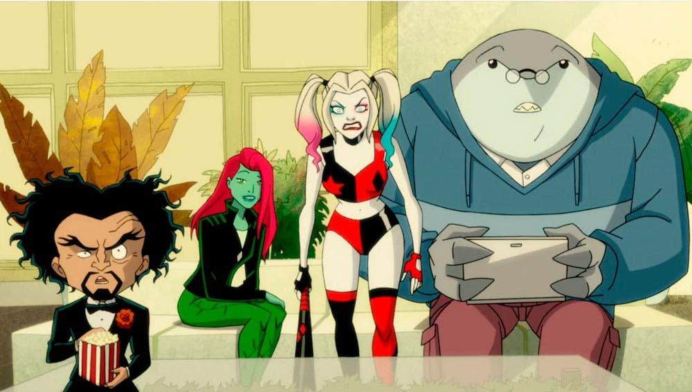Harley Quinn y Poison Ivy mirando televisión