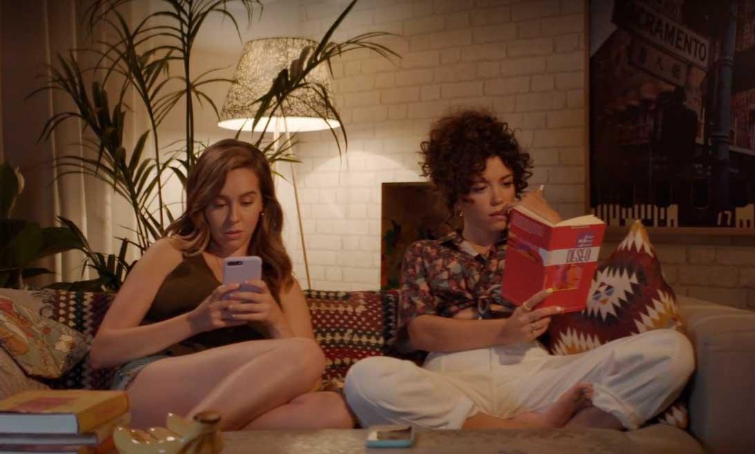 Luisita y Amelia leyendo
