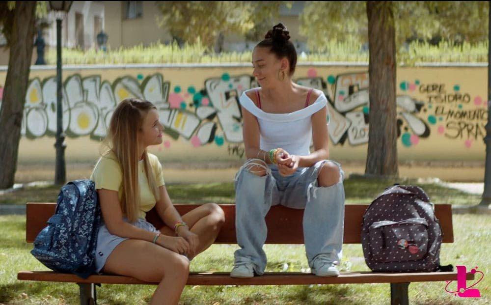chicas lesbianas mirándose en una banca