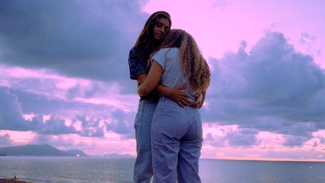 Black and blue: una canción inspirada en la pareja lésbica de Motherland Fort Salem