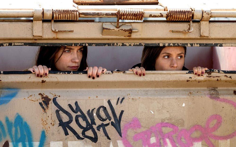 Wynonna y Waverly escondidas