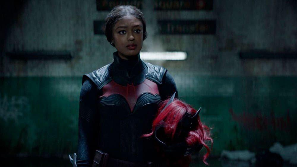 Batwoman quitándose el traje