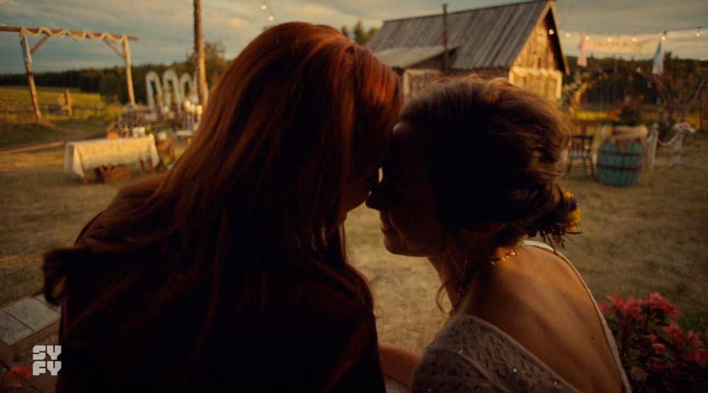 Waverly y Nicole a punto de besarse